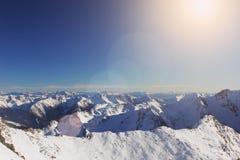 Dessus des montagnes de neige d'hiver d'alpe photo stock
