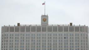 Dessus du bâtiment de gouvernement en Russie avec le drapeau et la crête banque de vidéos