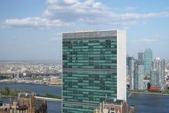 Dessus du bâtiment de secrétariat de Nations Unies avec le clou blanc gonflé Image stock