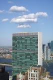 Dessus du bâtiment de secrétariat de Nations Unies avec le clou blanc gonflé Photos stock