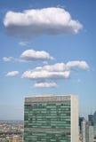 Dessus du bâtiment de secrétariat de Nations Unies avec le clou blanc gonflé Images libres de droits