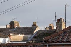 Dessus du nord de toit carrelé de ville avec des cheminées et des antennes BRITANNIQUES images libres de droits