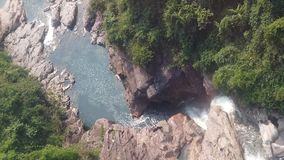 Dessus en bas de la vue aérienne de la cascade géante entrant dans des montagnes du Vietnam filmées dans le mouvement lent banque de vidéos