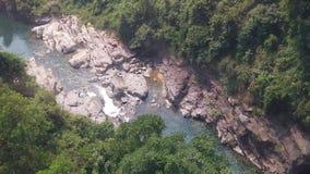 Dessus en bas de la vue aérienne de la cascade géante entrant dans des montagnes du Vietnam filmées dans le mouvement lent clips vidéos