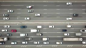 Dessus en bas de vue d'embouteillage sur une route clips vidéos