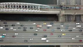 Dessus en bas de vue du trafic sur un pont en voiture et en train clips vidéos