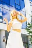 Dessus et jupe-culotte de port de culture de femme image stock