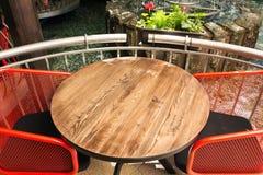 Dessus et perspective de table en bois vide brouillés du fond de lumière de bokeh/du foyer sélectif Peut être employé pour montre image libre de droits