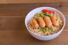 Dessus instantané de nouilles et de saucisses d'oeufs Photos stock