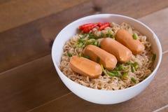 Dessus instantané de nouilles et de saucisses d'oeufs Photo libre de droits