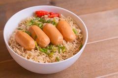 Dessus instantané de nouilles et de saucisses d'oeufs Images stock