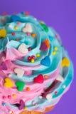 Dessus multicolore crémeux de petit gâteau de plan rapproché avec les coeurs colorés et Photos stock