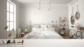Dessus ou étagère de table blanc avec l'ornement minimalistic d'oiseau, knick de birdie - talent au-dessus de chambre à coucher s photos stock