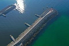 Dessus a?rien en bas de vue sur les brise-lames de mer et l'entr?e de port de bateau photos libres de droits
