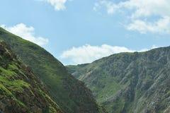 Dessus rocheux de montagne de terrain avec les cieux clairs image libre de droits