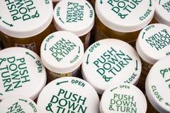 Dessus sans danger pour les enfants des bouteilles de prescription image libre de droits