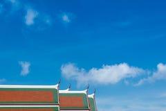 Dessus thaïlandais de toit de style avec le ciel bleu Image stock