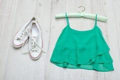 Dessus vert, espadrilles blanches et sac en bon état concept à la mode courtisez Photographie stock