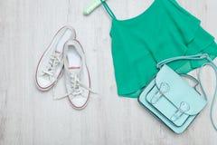 Dessus vert, espadrilles blanches et sac en bon état concept à la mode courtisez Photographie stock libre de droits
