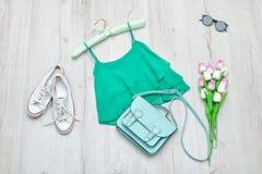 Dessus vert, espadrilles blanches, sac en bon état et un bouquet des tulipes FLB Images libres de droits