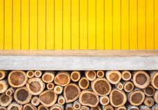 Dessus vide de compteur de ciment et de fond en bois jaune de mur Image stock