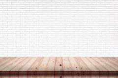 Dessus vide de la table en bois avec le fond blanc de texture de mur de briques photos stock