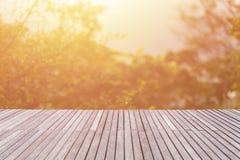 Dessus vide de plancher ou de decking en bois et vue de coucher du soleil ou de sunri Photographie stock libre de droits