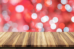 Dessus vide de table en bois avec le fond rouge de bokeh Photo libre de droits