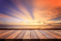Dessus vide de table en bois et vue de backgrou de coucher du soleil ou de lever de soleil Photo libre de droits