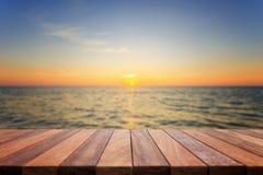 Dessus vide de table en bois et vue de backgrou de coucher du soleil ou de lever de soleil Image stock