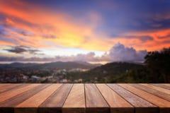Dessus vide de table en bois et vue de backgrou de coucher du soleil ou de lever de soleil Photographie stock