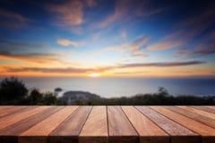 Dessus vide de table en bois et vue de backgrou de coucher du soleil ou de lever de soleil Photos stock
