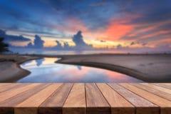Dessus vide de table en bois et vue de backgrou de coucher du soleil ou de lever de soleil Images libres de droits