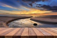 Dessus vide de table en bois et vue de backgrou de coucher du soleil ou de lever de soleil Image libre de droits
