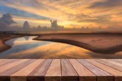 Dessus vide de table en bois et vue de backgrou de coucher du soleil ou de lever de soleil Photographie stock libre de droits