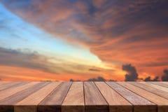 Dessus vide de table en bois et vue de backgrou de coucher du soleil ou de lever de soleil Images stock
