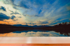 Dessus vide de table en bois et vue de fond de coucher du soleil ou de lever de soleil Photo libre de droits