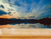 Dessus vide de table en bois et vue de fond de coucher du soleil ou de lever de soleil Photographie stock libre de droits