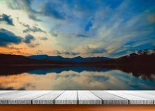 Dessus vide de table en bois et vue de fond de coucher du soleil ou de lever de soleil Image libre de droits