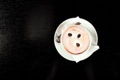 Dessus-vue de cuvette de café sur la table en bois noire photo stock