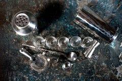 Dessus-vue des boissons de cocktail sur le compteur de barre Les tirs alcooliques du genièvre et de la vodka ont aligné au bar images stock