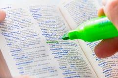 Destacar la palabra de la desventaja en un diccionario Imagen de archivo libre de regalías