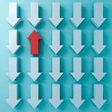 Destaqúese de la muchedumbre y piense diversos conceptos un rojo encima de la flecha entre otras flechas del blanco abajo en azul libre illustration