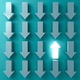 Destaqúese de la muchedumbre y piense que diversos conceptos uno encienden para arriba la flecha que brilla intensamente entre ot ilustración del vector