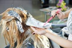 Destaque. cabeleireiro da mulher no salão de beleza foto de stock