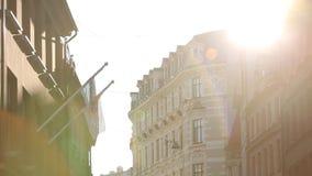 Destaque los haces de luz en la ciudad vieja Letonia de Riga metrajes