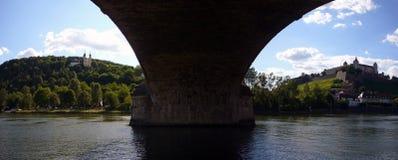 Destaques de Wuerzburgs vistos de debaixo da ponte imagem de stock