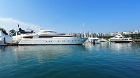 Dester toppen lyxig yacht vid Sanlorenzo på skärm på den Singapore yachtshowen 2013 Royaltyfri Fotografi