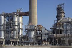 Destillation behållare av ett oljeraffinaderi Royaltyfri Foto