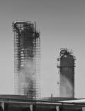Destillationskolonnen einer Chemiefabrik Stockfotos